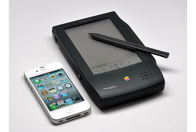 Apple iPhone 4 (left) next to Newton MessagePad (photo: Harry McCracken / TIME.com)