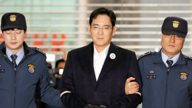 photo of Samsung chief sentenced to 2.5 years in prison for bribery image